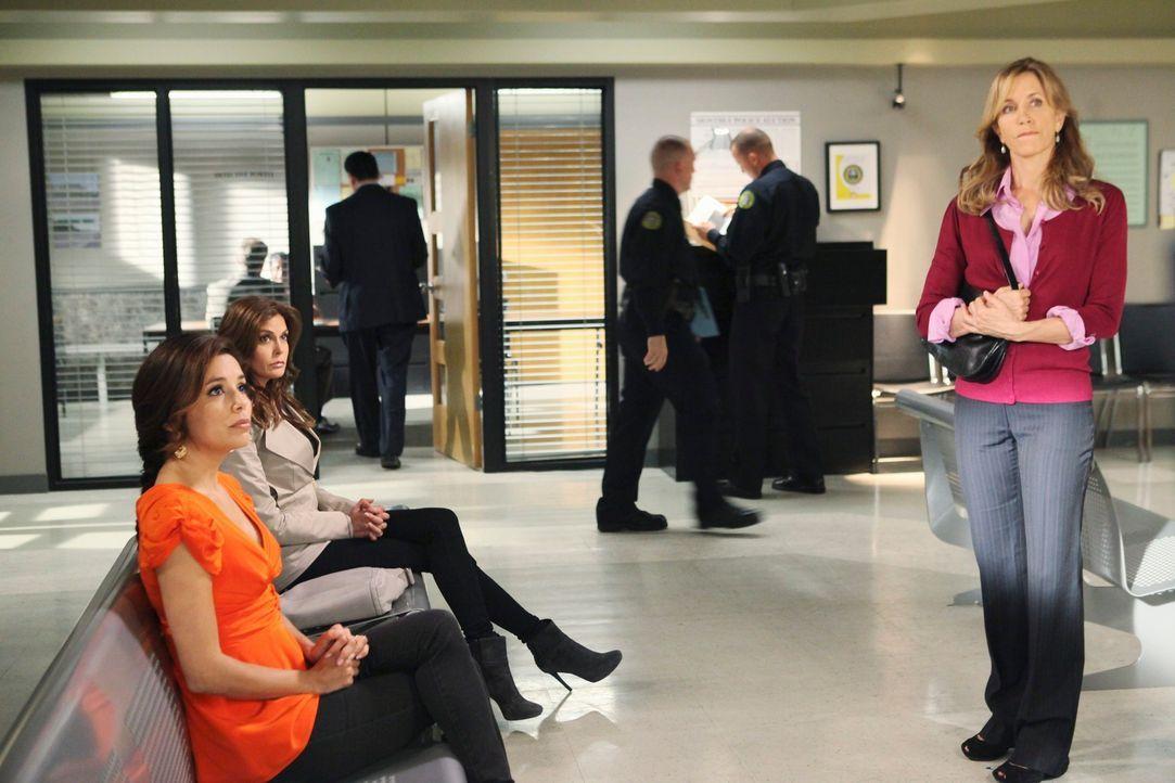 Machen sich große Sorgen, da Chuck sie ins Revier geladen hat: Gabrielle (Eva Longoria, l.), Susan (Teri Hatcher, 2.v.l.) und Lynette (Felicity Huff... - Bildquelle: ABC Studios