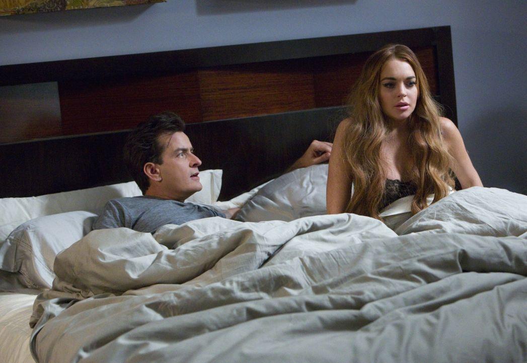 Sex-Tape extreme: Mit über 20 Kameras wollen sich Charlie Sheen (l.)  und Lindsay Lohan (r.) beim Sex filmen, wenn da nicht der Dämon wäre, der plöt... - Bildquelle: 2013 Constantin Film Verleih GmbH.