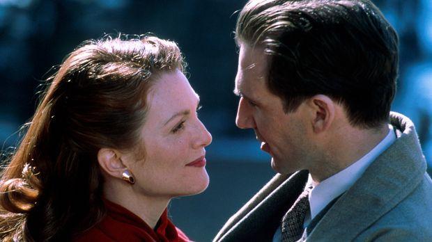 Maurice Bendrix (Ralph Fiennes, r.) glaubt, dass seiner Heirat mit Sarah (Jul...