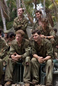 The Pacific - Bob (James Badge Dale, hinten r.), Chuckler (Josh Helman, vorne...
