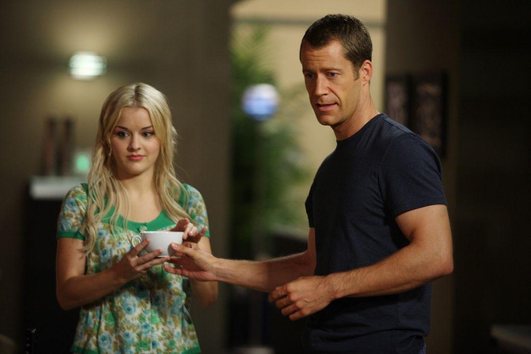 """Während Carter (Colin Ferguson, r.) nicht sonderlich begeistert ist, als plötzlich """"Captain Eureka"""" versucht, den Leuten in Eureka zu helfen, gerate... - Bildquelle: Universal Television"""