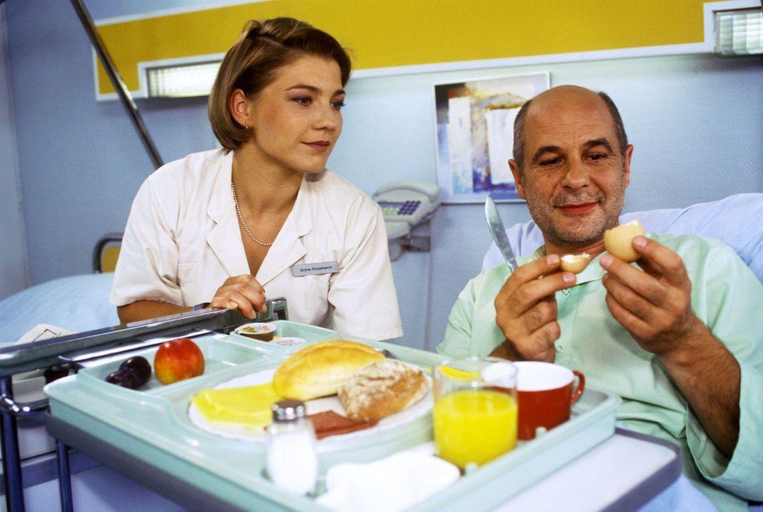 Noch ist Stephanies (Claudia Schmutzler, l.) Patient Dr. Bossmann (Thomas Meinhardt, r.) guter Dinge. Doch als er von seiner unheilbaren Krankheit e... - Bildquelle: Noreen Flynn Sat.1