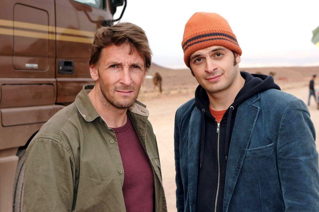 Dekker (Mark Keller, l.) und Adi (Kaya Yanar, r.) machen sich auf eine gefährliche und halsbrecherische Reise nach Marokko ... - Bildquelle: Sat.1