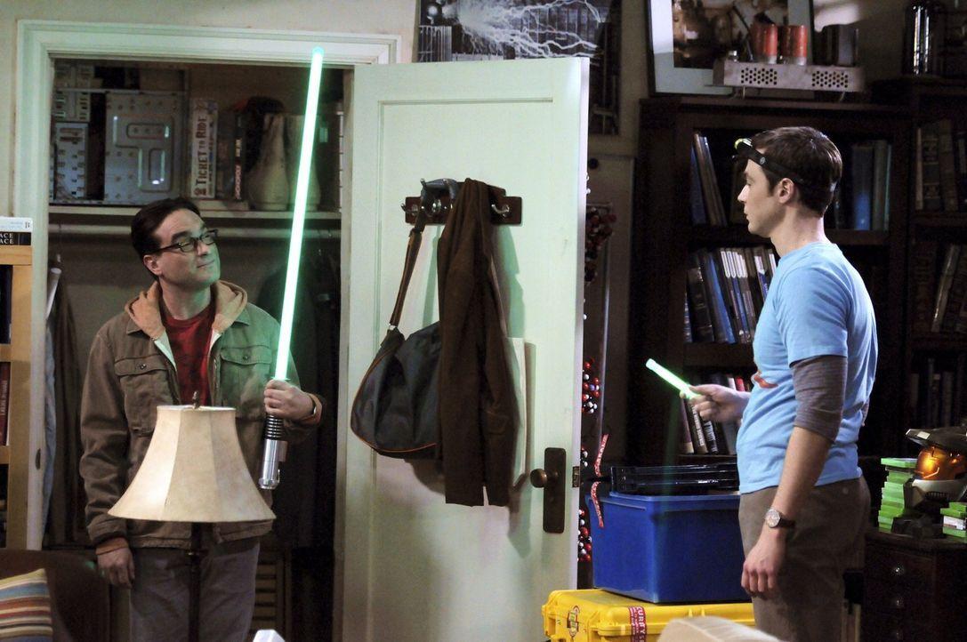Geraten in Streit: Leonard (Johnny Galecki, l.) und Sheldon (Jim Parsons, r.) ... - Bildquelle: Warner Bros. Television