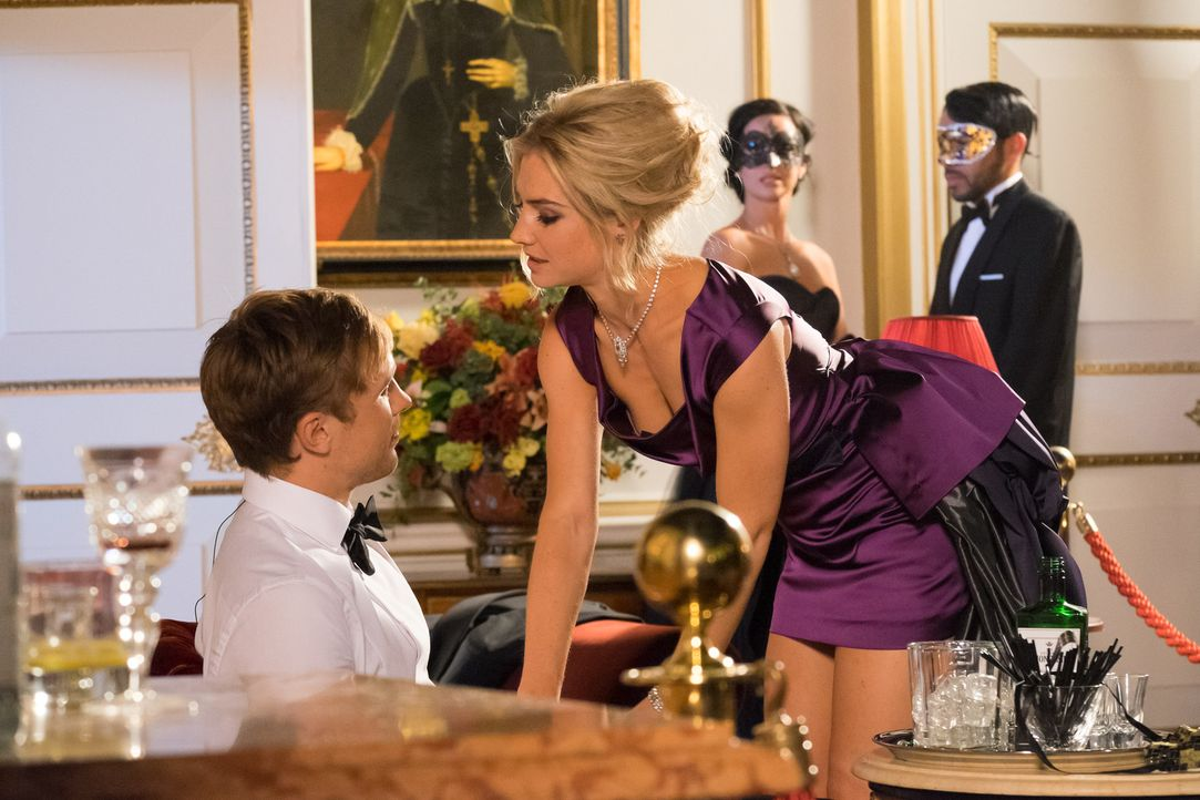 Während Cyrus seine Macht bei den Angestellten spielen lässt, versucht Gemma (Sophie Colquhoun, r.) alles, um Prinz Liam (William Moseley, l.) an si... - Bildquelle: Jim Marks 2014 E! Entertainment Media LLC/Lions Gate Television Inc.