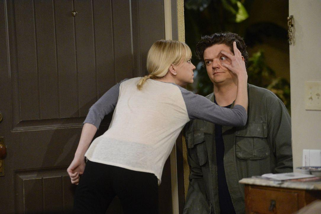 Weil es in der Beziehung von Baxter (Matt Jones, r.) und dessen Freundin kriselt, verbringen Christy (Anna Faris, l.) und ihr Exmann wieder mehr Zei... - Bildquelle: 2015 Warner Bros. Entertainment, Inc.