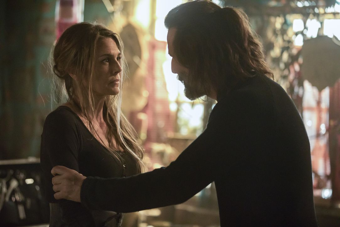 Abby (Paige Turco, l.); Marcus (Henry Ian Cusick, r.) - Bildquelle: Jack Rowand 2018 The CW Network, LLC. All rights reserved./Jack Rowand