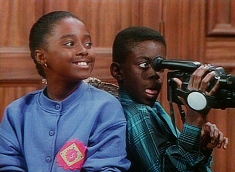 Rudy (Keshia Knight Pulliam, l.) und Kenny (Deon Richmond, r.) filmen Clair bei der Arbeit in ihrer Kanzlei. - Bildquelle: Viacom