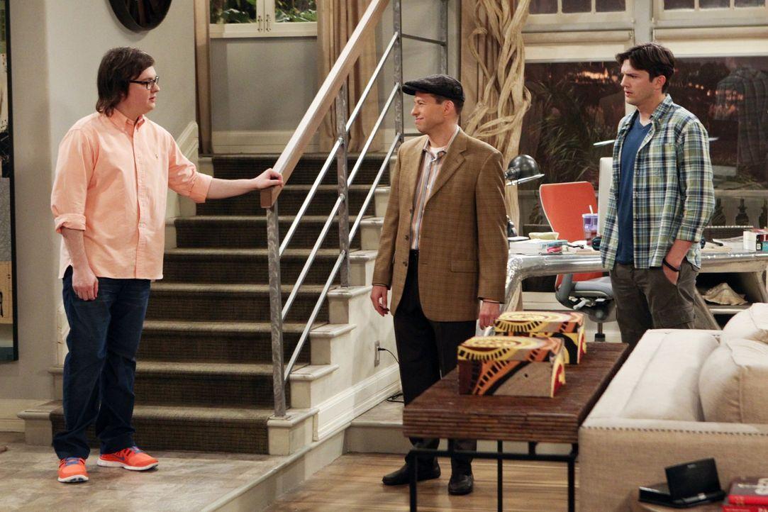 """Barry (Clark Duke, l.) und Walden (Ashton Kutcher, M.) diskutieren mit Alan (Jon Cryer, M.) sein Katz- und Maus-Spiel als """"Jeff Starkmann"""". Walden w... - Bildquelle: Warner Brothers Entertainment Inc."""
