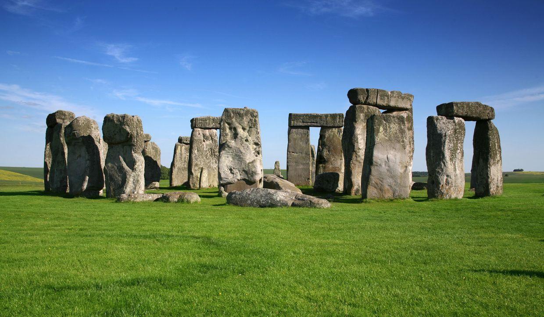 Steinformationen, die durch elektromagnetische Energie miteinander verbunden sind; prähistorische Ruinen, die aus der Vogelperspektive betrachtet üb... - Bildquelle: Tatjana Ingold