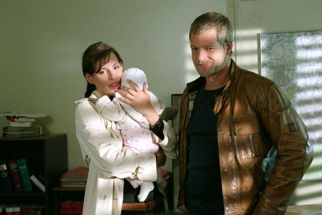 Nina (Elena Uhlig, l.) und Leo (Henning Baum, r.) wundern sich über den plötzlichen Kinderzuwachs der Dezernatsleiterin Hubrecht. - Bildquelle: Christian A. Rieger Sat.1