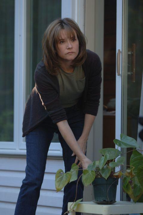 Ihr Leben ändert sich komplett, als sie ihrem Haus mit einem Messer bedroht, nach draußen geschleppt und vergewaltigt wird: Debbie (Lea Thompson)... - Bildquelle: INCENDO SMITH PRODUCTION INC. All rights reserved