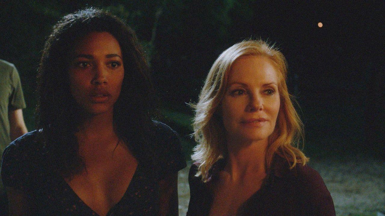 Eva (Kylie Bunbury, l.) und Christine (Marg Helgenberger, r.) müssen ihre Kräfte bündeln, um das Ziel der Kuppel noch erreichen zu können ... - Bildquelle: 2015 CBS Studios Inc.
