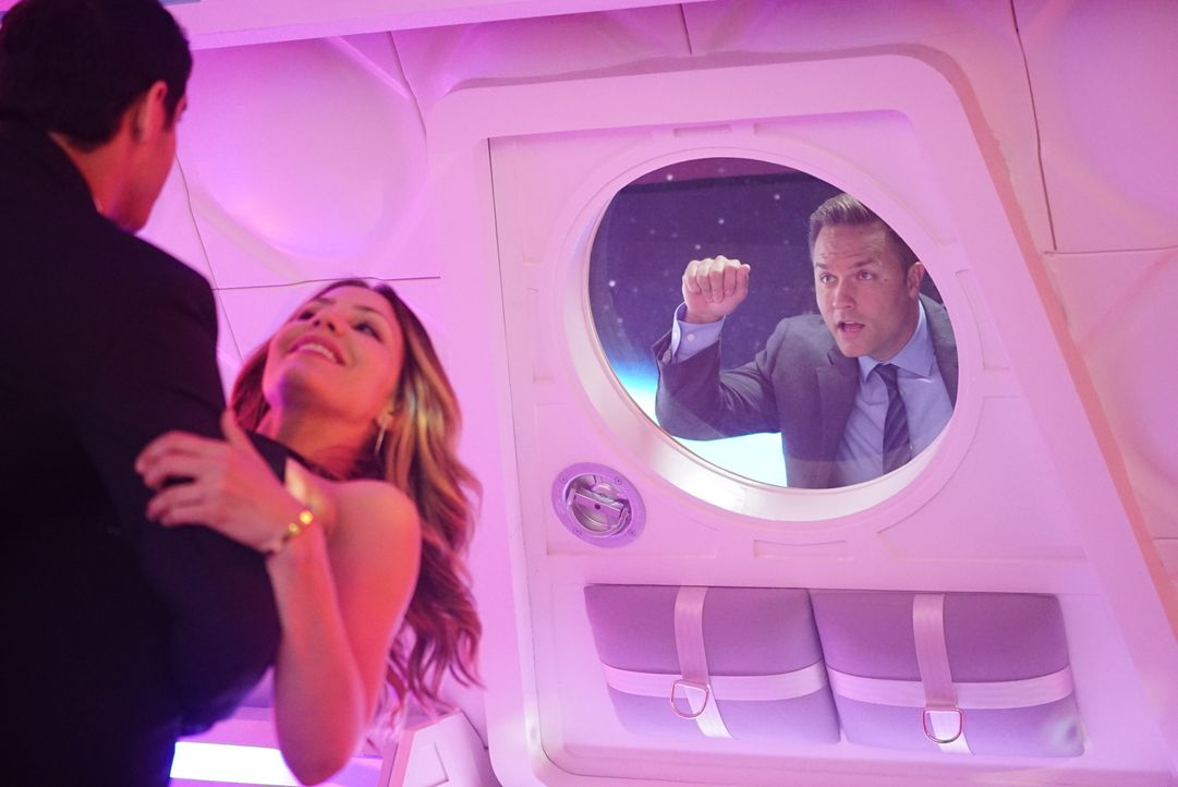 Wie wird Tim (Scott Porter, r.) reagieren, wenn er erfährt, dass Walter (Elyes Gabel, l.) im Weltraum ausgerechnet einen heißen Tanz Paige (Katharin... - Bildquelle: Sonja Flemming 2016 CBS Broadcasting, Inc. All Rights Reserved.