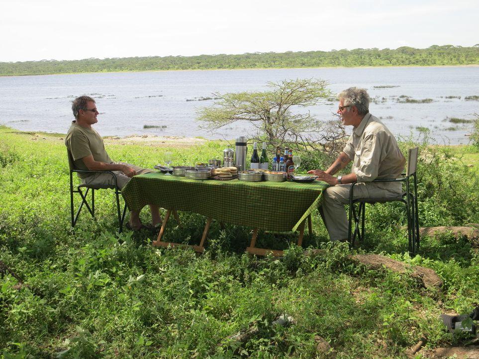 Auf seiner kulinarischen Reise um den Globus erkundet Anthony Bourdain (r.) Sansibar. Ein ganz besonderes Abenteuer wartet auf ihn ... - Bildquelle: 2014 Cable News Network, Inc. A TimeWarner Company All rights reserved