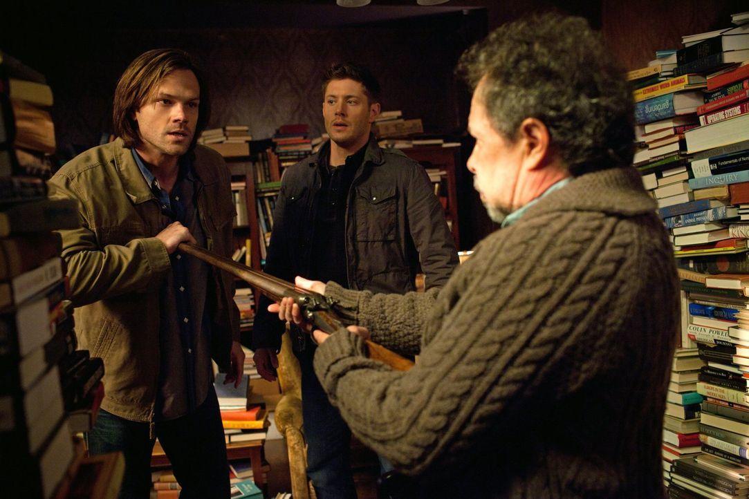 Können Sam (Jared Padalecki, l.) und Dean (Jensen Ackles, M.) den Einsiedler Metatron (Curtis Armstrong, r.) davon überzeugen, ihnen zu helfen? - Bildquelle: Warner Bros. Television