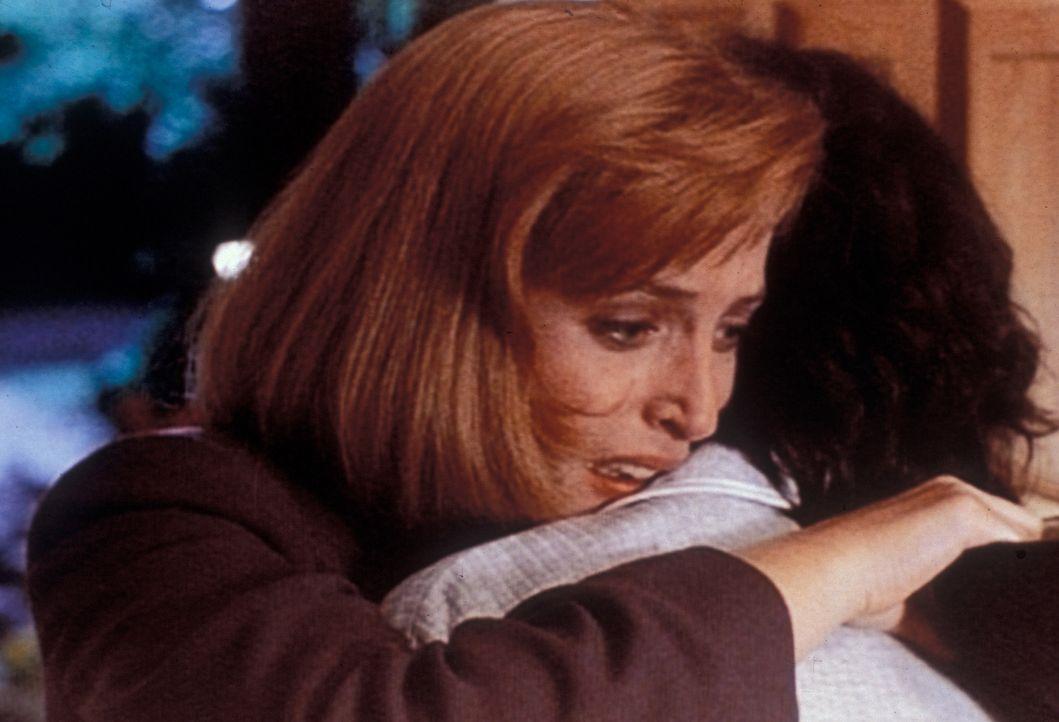 Scully (Gillian Anderson, l.) läuft nachts völlig verzweifelt durch  die halbe Stadt zu ihrer Mutter (Sheila Larken, r.), um ihr anzuvertrauen, dass... - Bildquelle: TM +   Twentieth Century Fox Film Corporation. All Rights Reserved.
