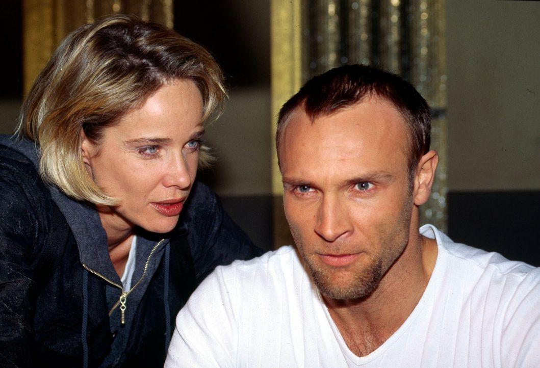 Callboy Lanou (Bernhard Bettermann, r.) ist für Kommissarin Michelle Eisner (Ann-Kathrin Kramer, l.) zunächst der Hauptverdächtige. Doch während der... - Bildquelle: Jacqueline Krause-Burberg Sat.1