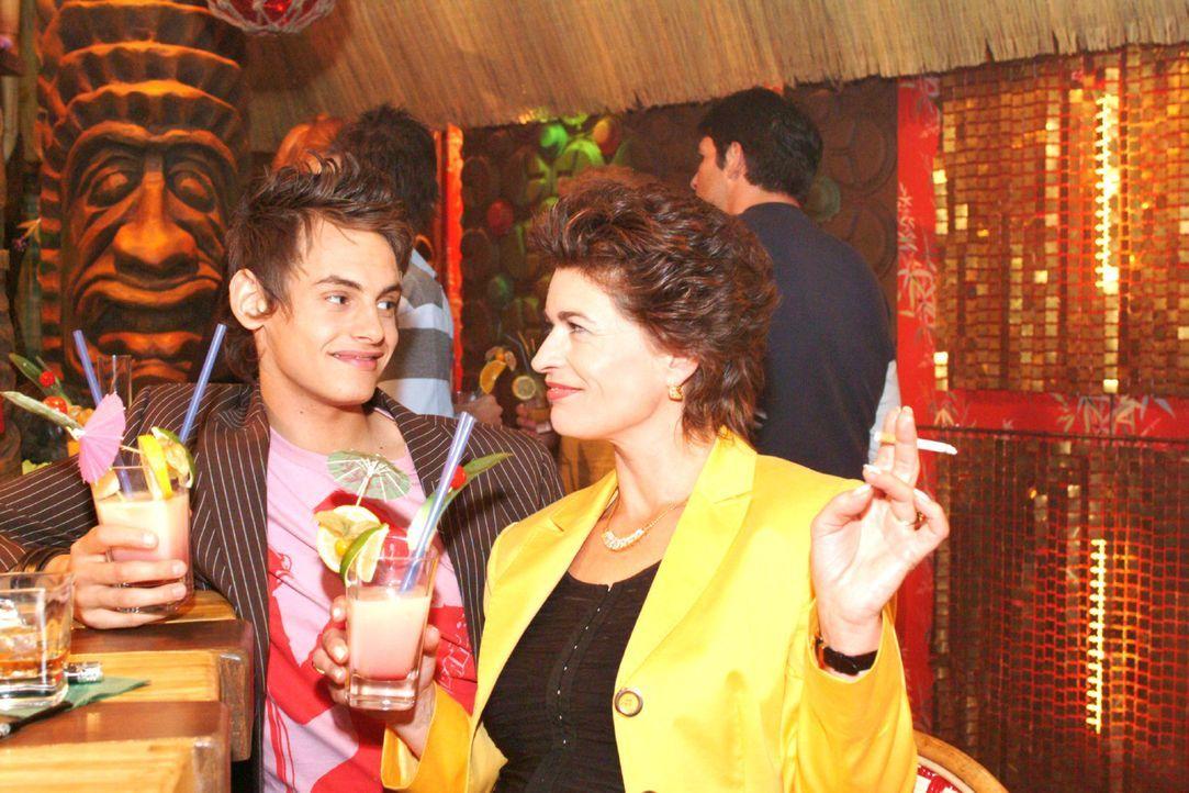 Sophie (Gabrielle Scharnitzky, r.) provoziert Alex (Shai Hoffmann, l.) und fordert ihn heraus. - Bildquelle: Monika Schürle Sat.1