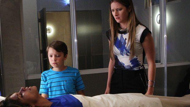 Während Molly (Halle Berry, vorne) um ihr Leben kämpft und Ethan (Pierce Gagn...