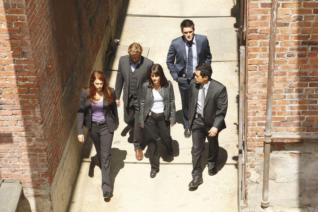 Auf der Suche nach dem Mörder von dem Päderasten William McTeer: Teresa (Robin Tunney, M.), Grace (Amanda Righetti, l.), Patrick (Simon Baker, 2.v... - Bildquelle: Warner Bros. Television