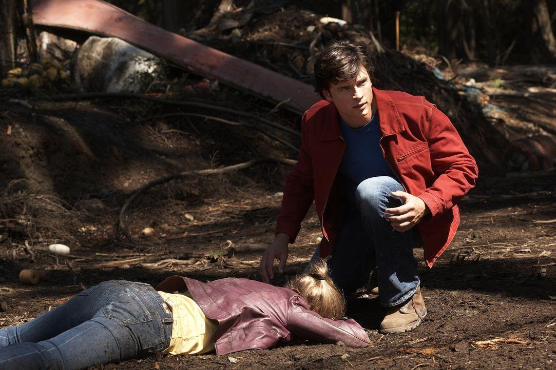 Das gelandete Ufo hat einen Besucher zur Erde mitgebracht, der Lois (Erica Durance, l.) attackiert. Clark (Tom Welling, r.) kennt den Angreifer ... - Bildquelle: Warner Bros.