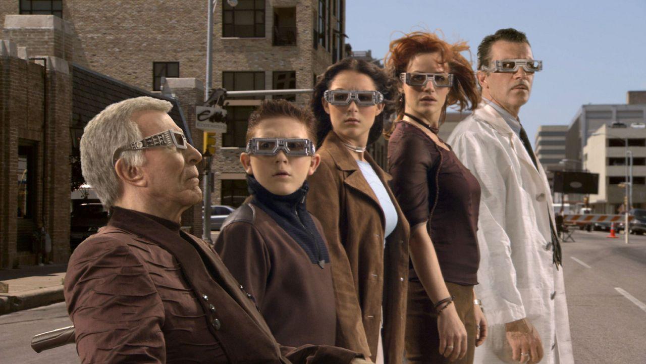 Familie Cortez kämpft in einem Computerspiel gegen einen hemmungslosen Toymaker: (v.l.n.r.) Großvater (Ricardo Montalban), Juni (Daryl Sabara), Ca... - Bildquelle: 2003 Dimension Films. All Rights Reserved.