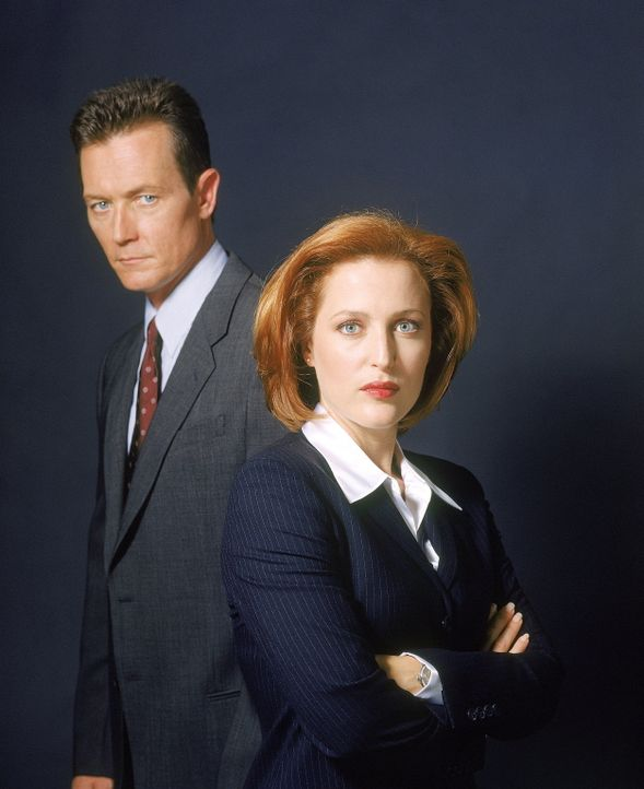 (8. Staffel) - Die Wahrheit ist irgendwo da draußen: FBI-Agentin Dana Scully (Gillian Anderson, r.) und FBI-Agent John Doggett (Robert Patrick, l.)... - Bildquelle: TM +   2000 Twentieth Century Fox Film Corporation. All Rights Reserved.