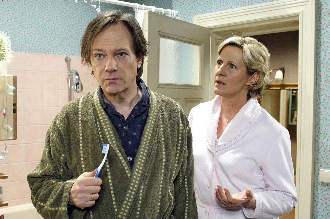 Susanne (Heike Jonca, r.) verlangt von Armin (Rainer Will, l.),  dass er sich bei Anna für seinen Verdacht entschuldigt. - Bildquelle: Oliver Ziebe Sat.1