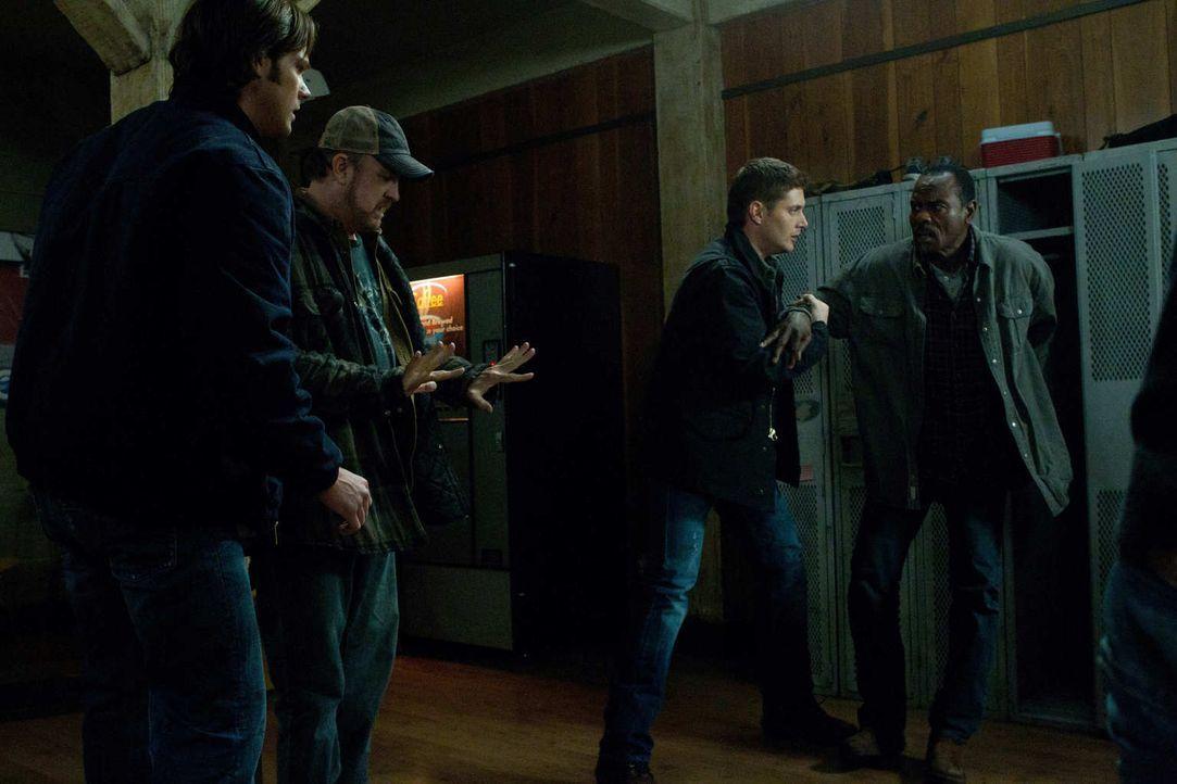 Gelingt es Bobby (Jim Beaver, 2.v.l.), die Gemüter von Sam (Jared Padalecki, l.), Dean (Jensen Ackles, 2.v.r.) und Rufus (Steven Williams, r.) zu be... - Bildquelle: Warner Bros. Television