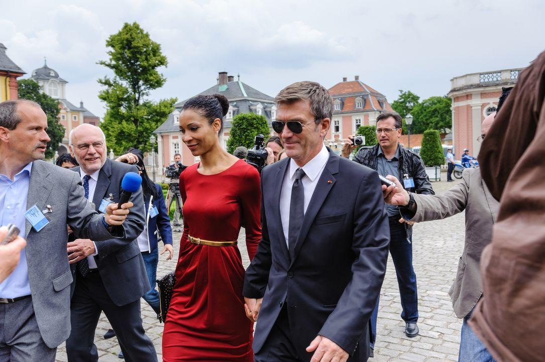 Als der neu gewählte französische Präsident Guy Dupont (Philippe Caroit, r.) mit seiner Begleiterin Bianca (Annabelle Mandeng, 3.v.l.) auf dem europ... - Bildquelle: Stefan Erhard SAT. 1