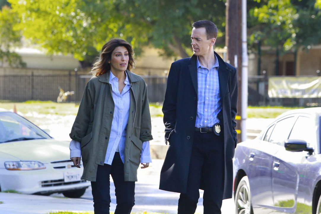 Agentin Quinn (Jennifer Esposito, l.) und McGee (Sean Murray, r.) brauchen endlich Antworten: Wer hat den Marine-Offizier im Supermarkt kaltblütig e... - Bildquelle: Bill Inoshita 2016 CBS Broadcasting, Inc. All Rights Reserved