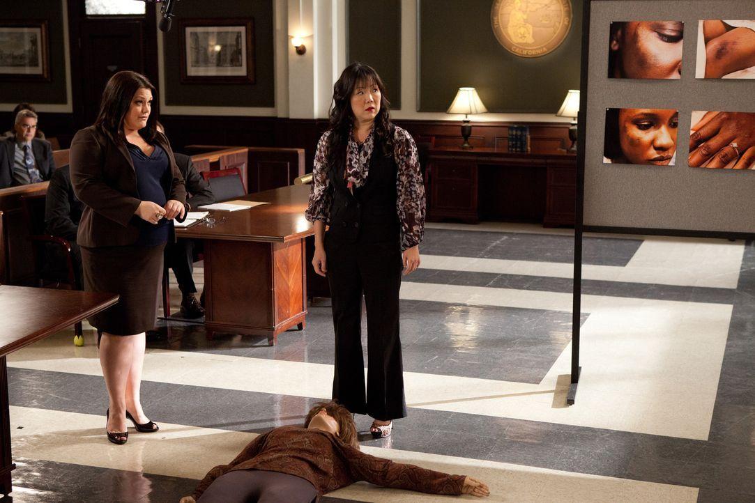 Können Jane (Brooke Elliott, l.) und Teri (Margaret Cho, r.) die Geschworenen und auch die Richterin überzeugen? - Bildquelle: 2011 Sony Pictures Television Inc. All Rights Reserved.