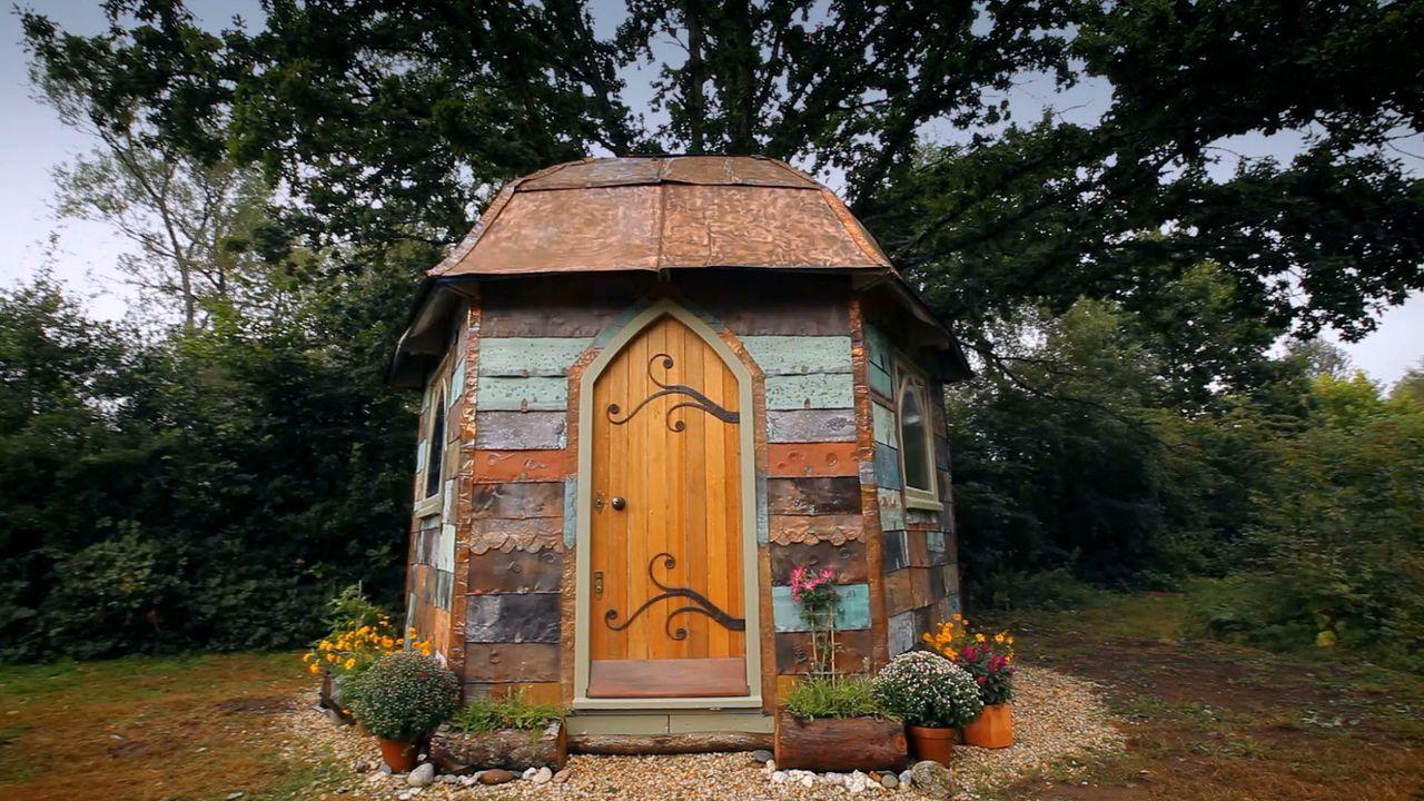 Wohnexperte George Clarke hilft einer Frau beim Umbau einer alten Kupferlaube, die das Highlight in ihrem Garten werden soll. - Bildquelle: Plum Pictures Limited MMXV