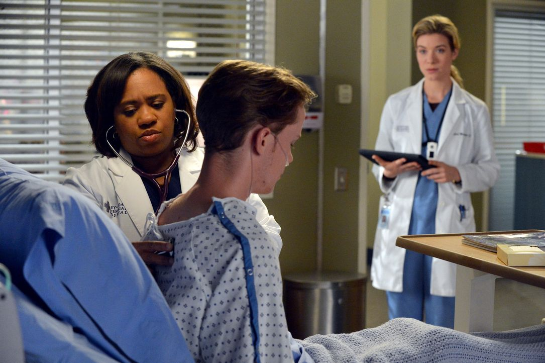 Während der Untersuchung eines Patienten (Bryce Lee Townsend, M.) platzt Leah (Tessa Ferrer, r.) der Kragen, während Bailey (Chandra Wilson, l.) gan... - Bildquelle: ABC Studios