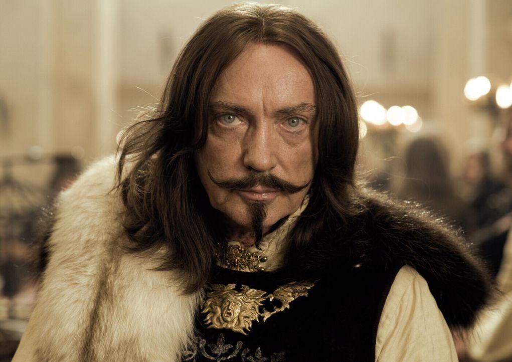 Wirbt um die Prinzessin Herzelinde, doch die findet an dem halbseidenen Geschäftsmann keinerlei Gefallen: Graf Luipold Trumpf (Udo Kier) ... - Bildquelle: Warner Brothers