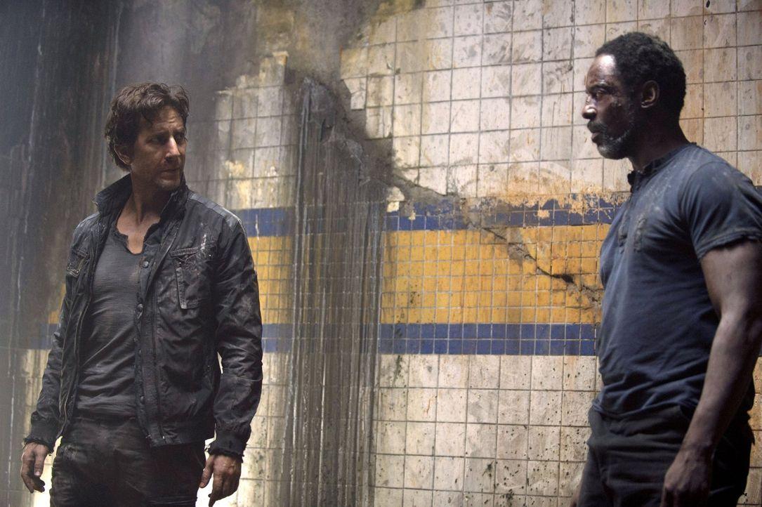 Was haben die Grounder mit Kane (Henry Ian Cusick, l.) und Jaha (Isaiah Washington, r.) vor? - Bildquelle: 2014 Warner Brothers