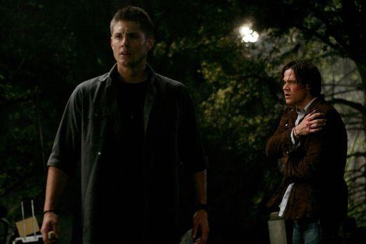 Supernatural - Sam (Jared Padalecki, r.) und Dean (Jensen Ackles, l.) nehmen...