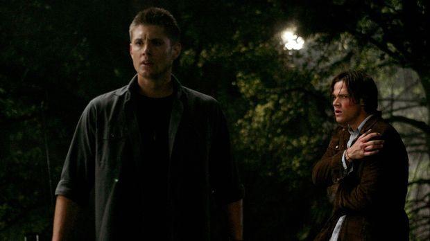 Sam (Jared Padalecki, r.) und Dean (Jensen Ackles, l.) nehmen einen Anruf von...