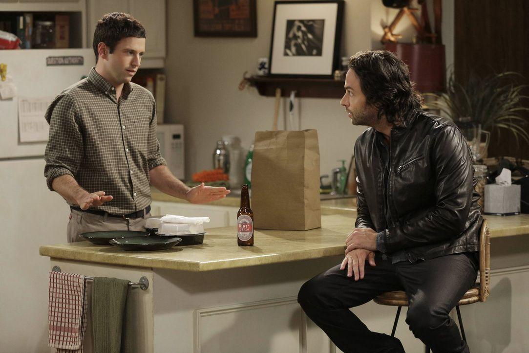 Justin (Brent Morin, l.) ist sauer: Nicki steht auf seinen Mitbewohner Danny (Chris D'Elia, r.) ... - Bildquelle: Warner Brothers
