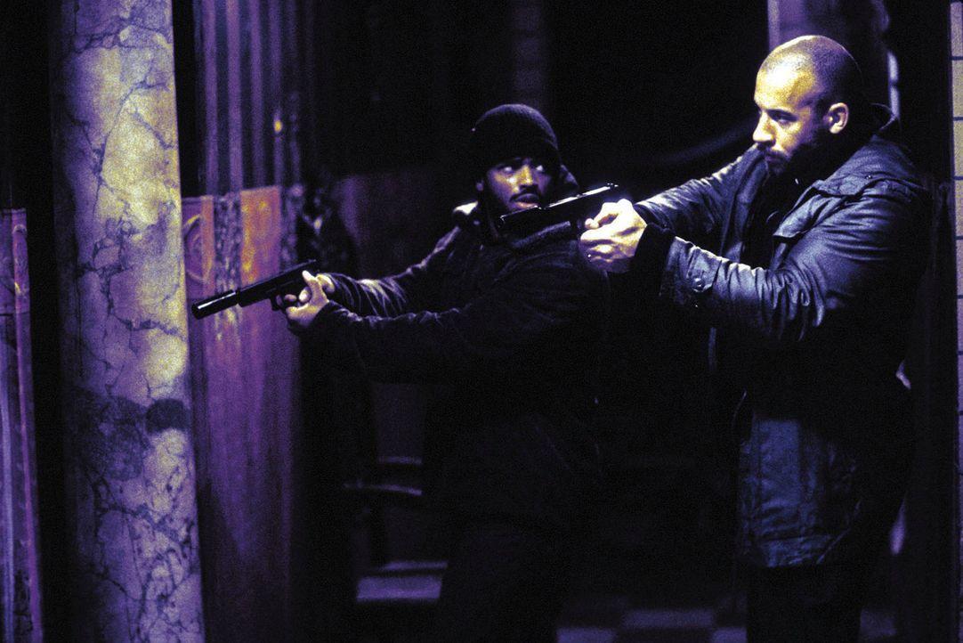 Als Vetter (Vin Diesel, r.) und Hicks (Larenz Tate, l.) ihren gefährlichen neuen Gegenspieler dingfest machen wollen, greift Diablo zu noch härter... - Bildquelle: Warner Bros. GmbH