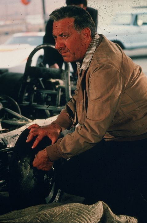 Ein früherer Grand Prix-Fahrer kommt bei einem Autorennen ums Leben. Dem Gerichtsmediziner Dr. Quincy (Jack Klugman) kommen schon bald Zweifel, ob e... - Bildquelle: 2004 - 2015  NBCUniversal. ALL RIGHTS RESERVED.