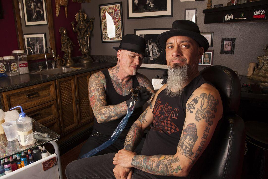 Eine verzweifelte Mutter meldet sich bei Dirk (l.) und Ruckus (r.) und bittet darum, ihrem Sohn nach einem fatalen Tattoo-Fehler zu helfen ... - Bildquelle: Richard Knapp 2014 A+E Networks, LLC