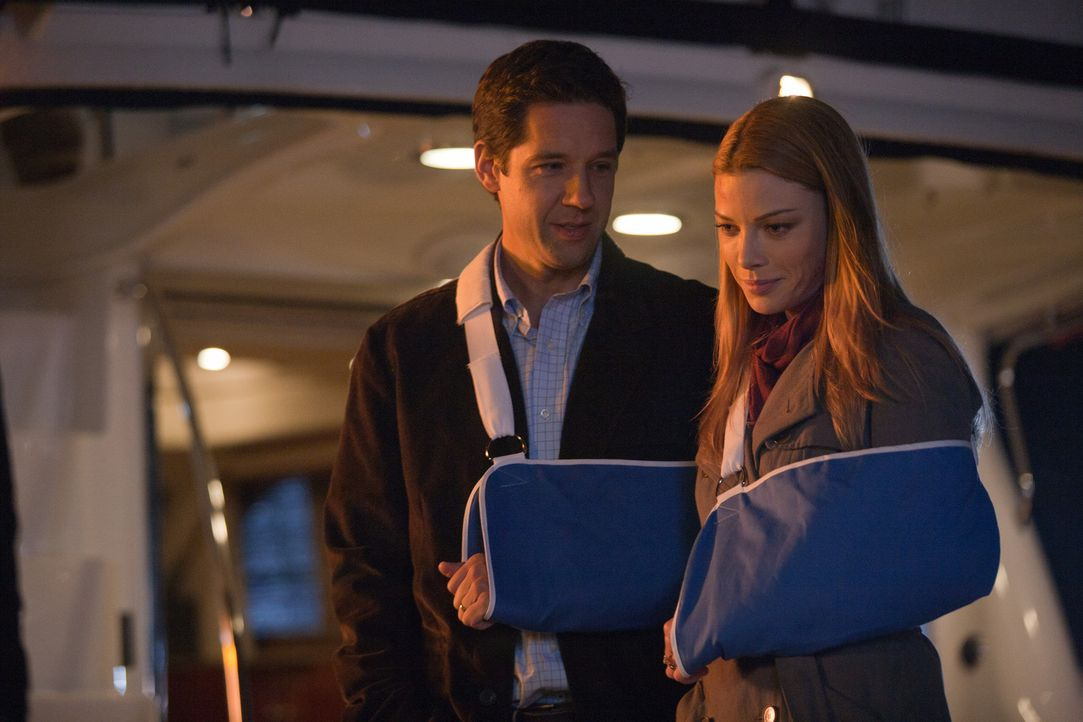 Das Ehepaar ist wieder vereint: Bob (Todd Grinnell, l.) und Angie (Lauren German, r.) ... - Bildquelle: 2011  Warner Bros.