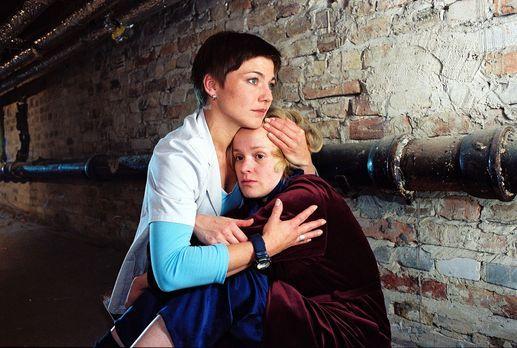 Für alle Fälle Stefanie - Stephanie (Claudia Schmutzler, l.) findet Sandra Ha...