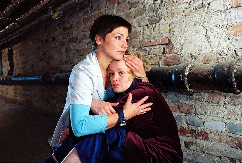 Stephanie (Claudia Schmutzler, l.) findet Sandra Hartland (Caroline Redl, r.) im Keller und versucht sie zu beruhigen. - Bildquelle: Noreen Flynn Sat.1