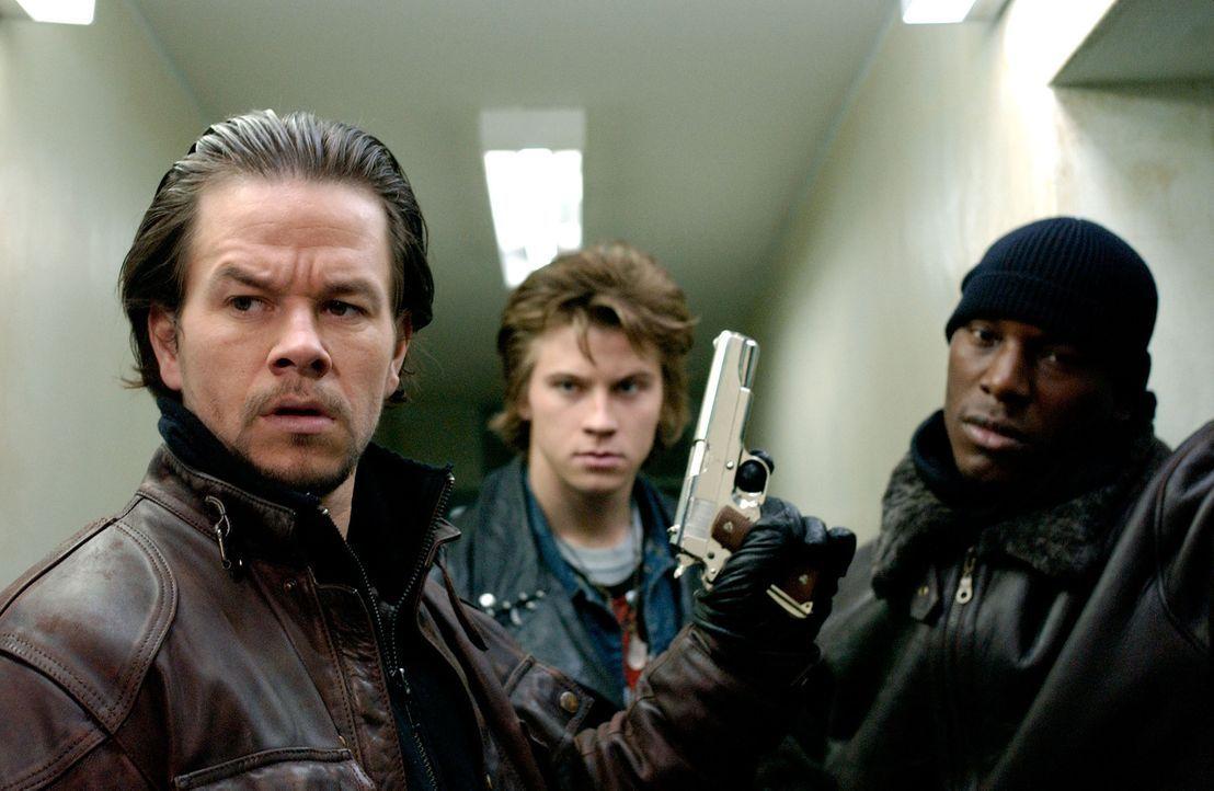 Mit gezogenen Waffen machen sich Bobby (Mark Wahlberg, l.), Jack (Garrett Hedlund, M.) und Angel (Tyrese Gibson, r.) auf die Suche nach den Mördern... - Bildquelle: TM &   2006 Paramount Pictures. All Rights Reserved.