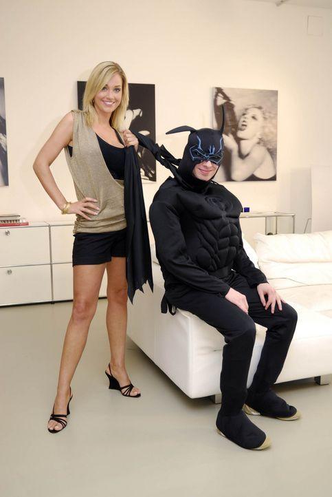 """Das Model Regina Deutinger (l.) nimmt den """"Freak"""" Christos (r.) genau unter die Lupe ... - Bildquelle: ProSieben"""