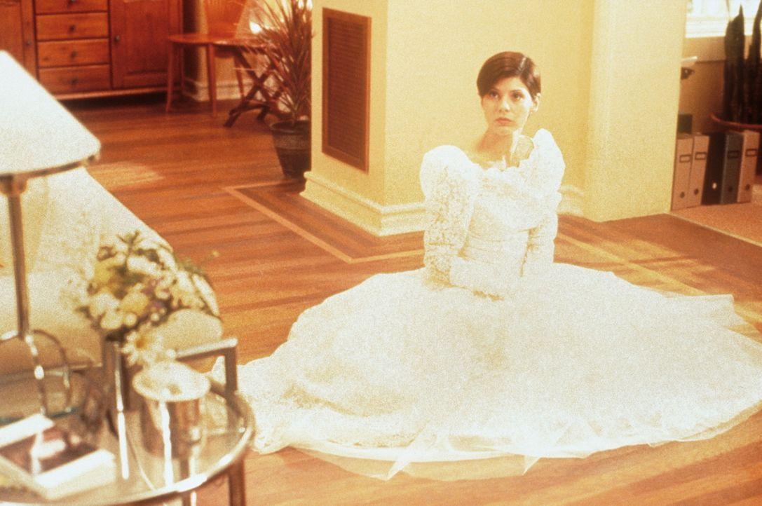 Ausgerechnet bei der Anprobe ihres Brautkleides erhält Faith (Marisa Tomei) einen schicksalhaften Anruf ... - Bildquelle: Columbia TriStar