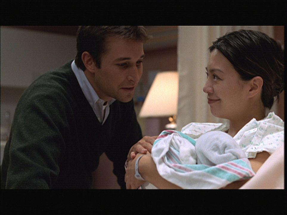 Schweren Herzens entschließt sich Chen (Ming-Na Wen, r.), ihr Baby zur Adoption freizugeben. Carters (Noah Wyle, l.) Argumente haben sie überzeugt. - Bildquelle: TM+  2000 WARNER BROS.